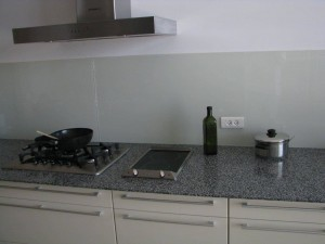 חיפוי-זכוכית-לקירות-מטבח-06