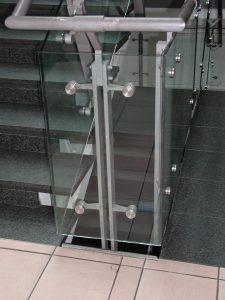 מעקה-ברזל-זכוכית-02