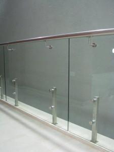 מעקה-נירוסטה-וזכוכית-11
